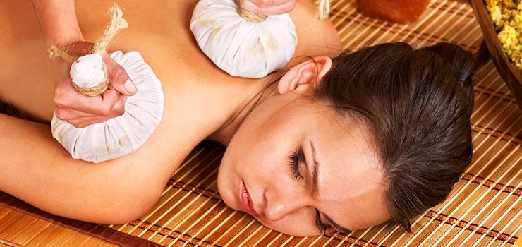 Die Kräuterstempel Massage hat eine tiefgehende Wirkung auf Körper und Geist.